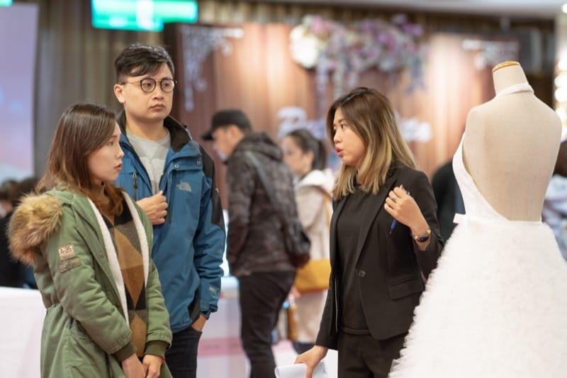 台北婚紗展-婚紗展評價-台北婚禮博覽會-小巨蛋囍宴軒-蘿亞禮服秘書與新人介紹婚紗禮服特點