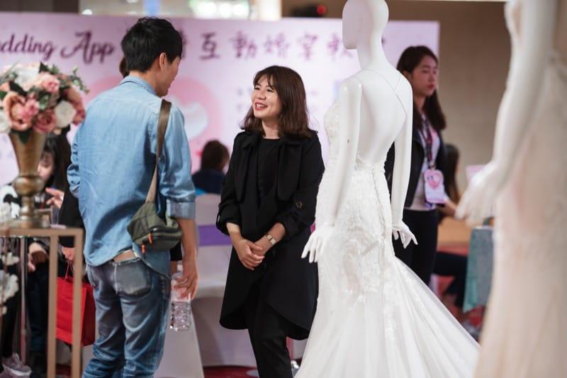 台北婚紗展-婚紗展評價-台北婚禮博覽會-小巨蛋囍宴軒-蘿亞與新人在婚紗展中的介紹互動
