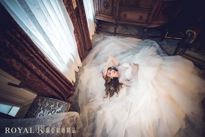 韓式婚紗-韓國婚紗-韓風婚紗-韓國婚紗攝影-躺在白紗裡的韓系新娘,像花朵一樣綻放