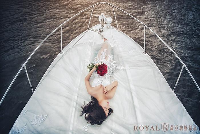 婚紗照-婚紗照姿勢-躺著拍照姿勢-手的位置-遊艇婚紗-台北-婚紗照-拍婚紗-蘿亞婚紗